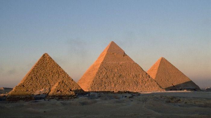 Roban pirámides de Guiza